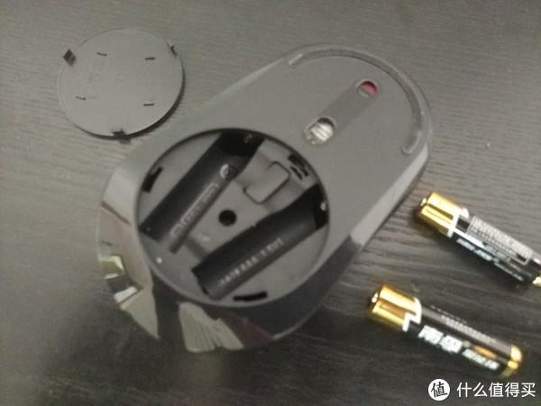 电池盖打开,内部有个接收器的收纳位置,同样的支持两颗7号电池