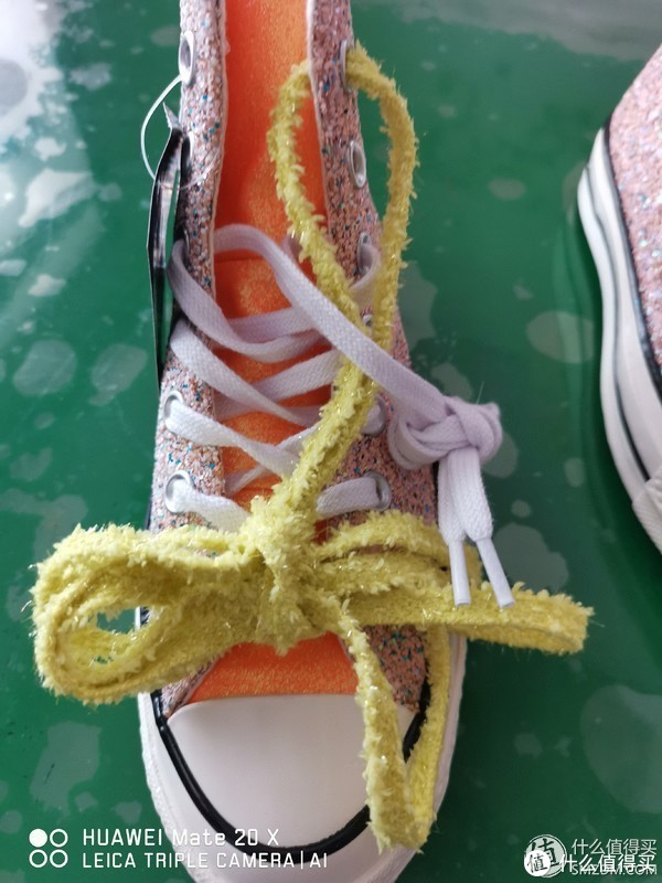 标配两双鞋带,白色中规中矩,黄色的很搭