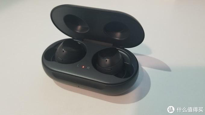 耳机这个背部的亮面就是触摸区,可以设置音量或环境音或歌曲切换或开启bibxy