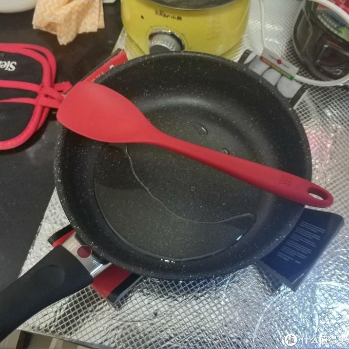 关火,把肥肉丢掉,和送的双立人硅胶铲合张影。锅里的是猪油。