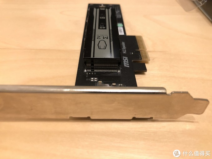 占据一个PCIe 3.0 x4接口,插上后老主板会将显卡的PCIe 3.0 16x拆分