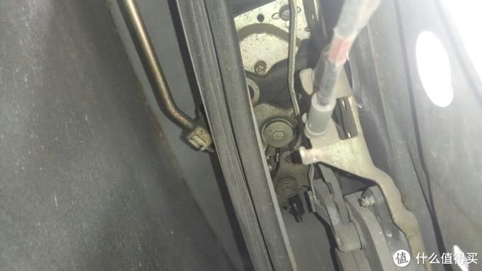前门的玻璃导轨档住了锁体出入,要拆,不过很方便,就一个镙丝,忘记拍了,就是锁体最下面的镙丝,再下面的镙丝就是