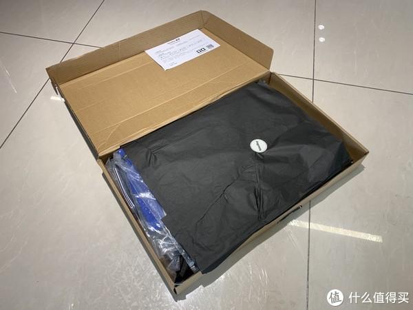 包和风衣叠放在一起,拿到盒子的时候我都觉得扁得不可思议