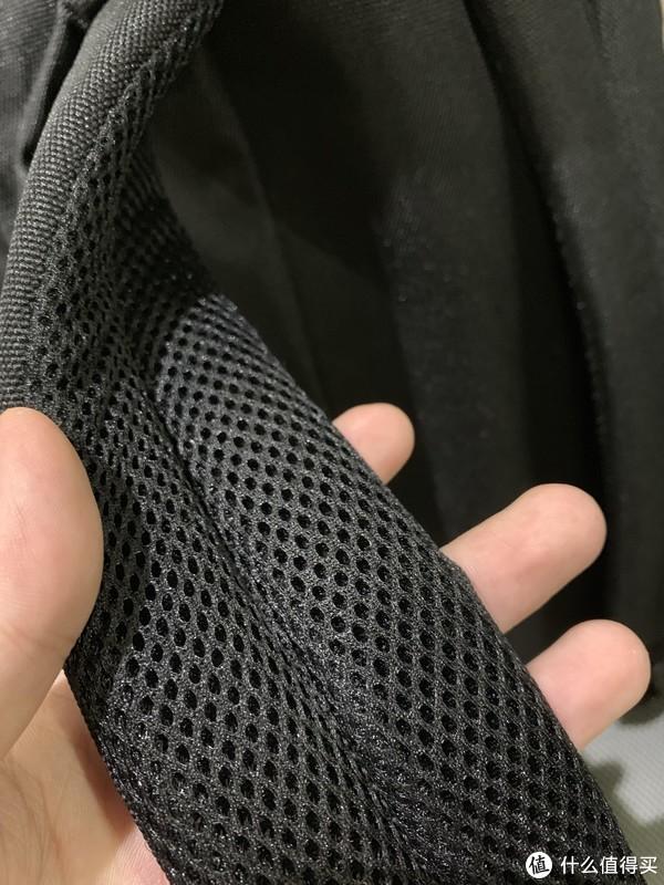 背带做了最基础的透气
