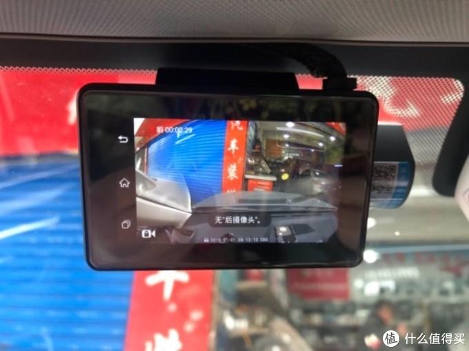 配的是3M记录仪支架,安装固定在挡风玻璃上,然后把记录仪主机卡在支架上,这个比较方便。线路从挡风玻璃上面埋藏接左边驾驶人下面的保险盒。是车子发动记录仪开机,车子熄火休眠待机,遇到震动启动录影。可以设置停车监控一秒一拍,熄火连续24小时停车监控,降压线低压保护,电瓶电压低于11.8V自动切断电源保护,不会亏电