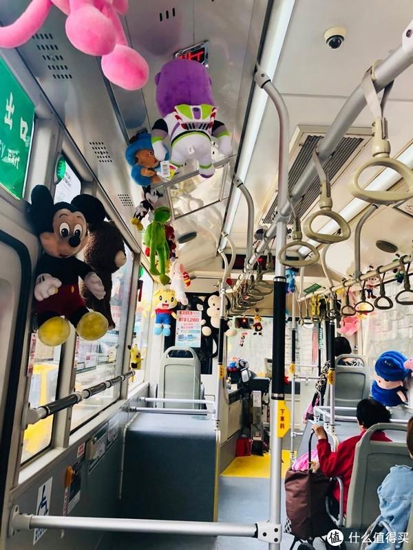好热闹的公交车啊,好多玩偶娃娃