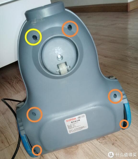 设备的底部,圆圈标出的位置,有六颗螺丝