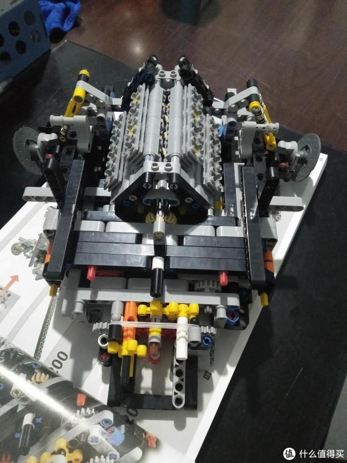驾驶舱后侧的V12的发动机,车子跑起来的话活塞会活动,设计的挺不错的。