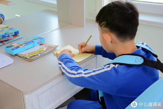 乔迁新居新品之六:为了健康学习,给孩子的黑白调学习时光儿童椅