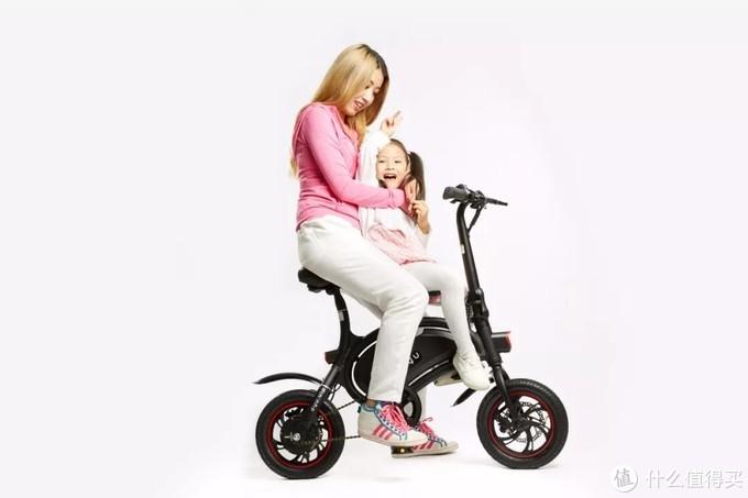 低奢轻骑亲子风范,源自多项品质工艺。独具特色的外观造型,贴心设计了儿童座椅、智能操作、带有轻松助力功能,让你和宝宝成为春天美好的一道风景。