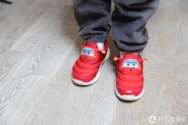 把乐迪穿在脚上起飞-小寻飞机侠儿童鞋