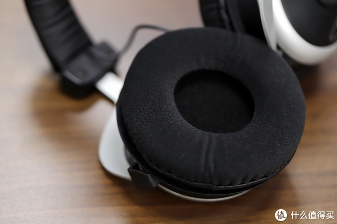 耳垫是换了全新的,无气味,浅绒面材质,比皮质耐脏、舒服