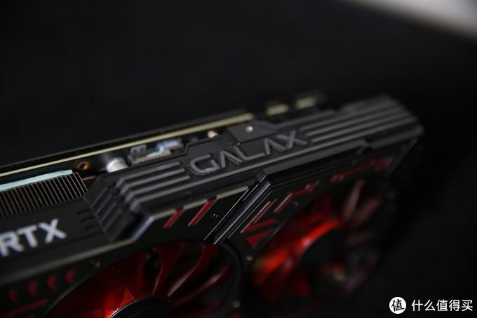 从背面看,显卡影驰RTX2060 GAMER 6G配有全铝合金的背板,它可以辅助显卡散热并防止显卡PCB弯曲。
