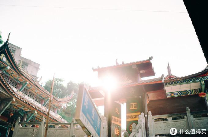 流水寺庙门的斜阳晚照