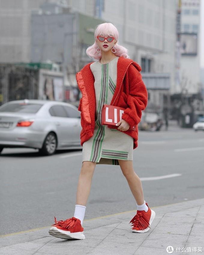 杨幂用连衣裙搭配运动鞋?我学会了,舒服又时髦!
