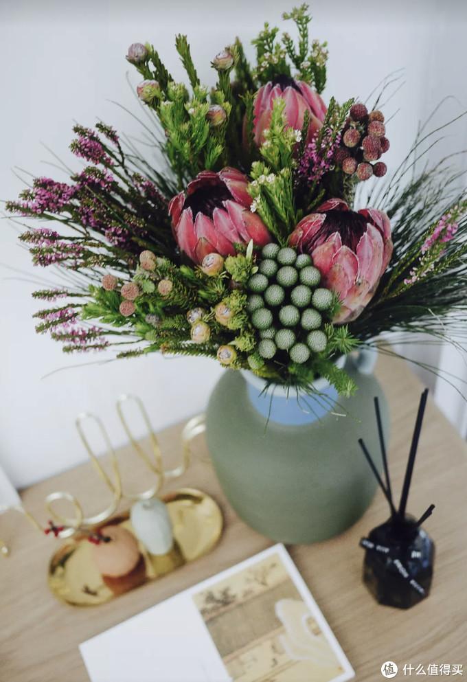这是去年春节买的搭配好的花束,三大朵是公主,灰色球球是珊瑚果。还有松针,以及我不记得名字的……总之都可以自然风干