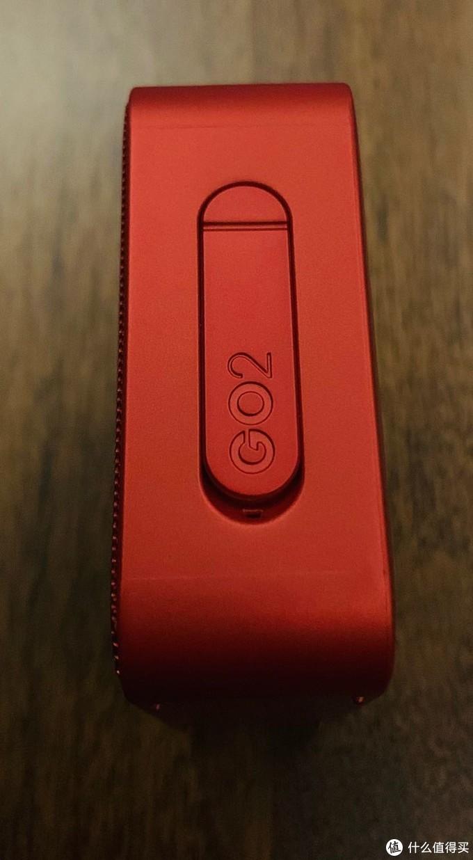 整个音箱只有一处开孔,配了防尘、防水盖,产品是支持防水功能的。