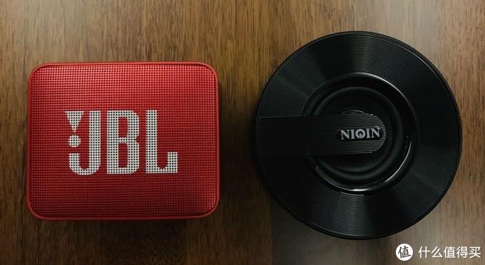 右边是以前买的另一个小音箱,几十块钱,很便宜的蓝牙小音箱。