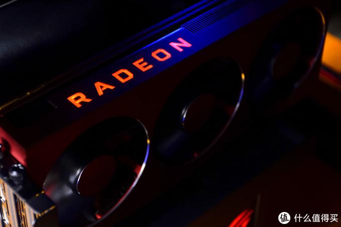 Radeon VII的设计少了一些科技感,多了一些精致。