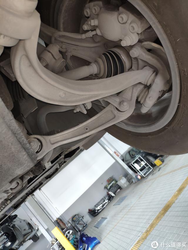 车主的一个小失误,导致这辆12万公里的奥迪Q5底盘直臂弯曲报废