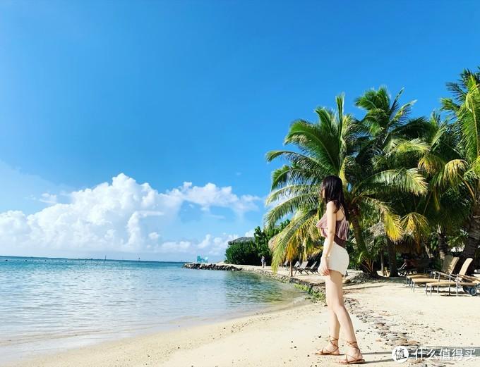 洲际的沙滩附近有很多浮标会告知你划船别出去