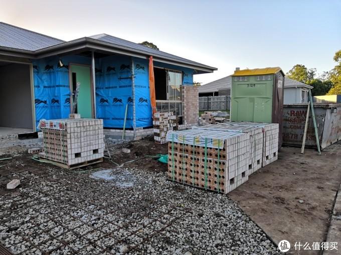 小区里新盖的房屋,绿色的是给工人的临时塑料棚洗手间