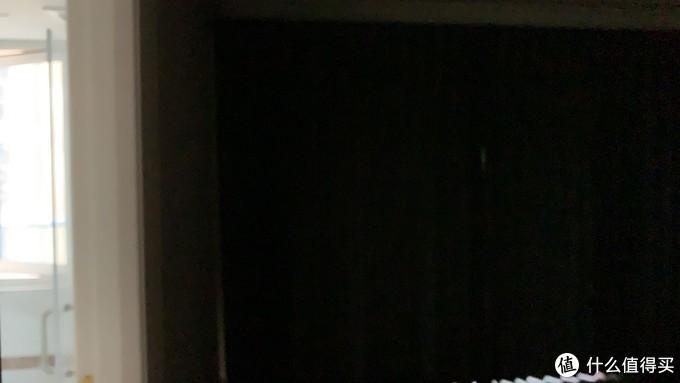 亮的是主卫,暗的是拉了窗帘的房间
