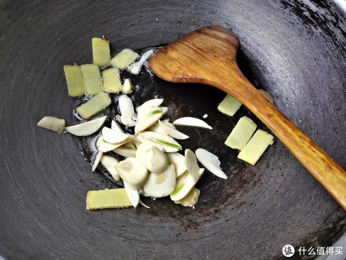 今天用花蛤做一道菜,辣椒炒海瓜子,简单易熟不耗时,随时配着啤酒嗨起来