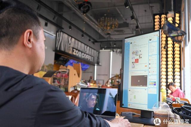 如何在满咖啡厅都是苹果的时候引起注意,嗯拿显示器去