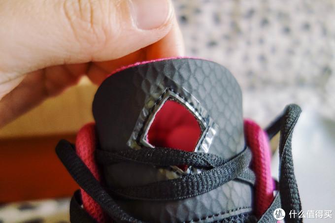 鞋舌头的正中开了个大孔,但是这个位置我觉得挺尴尬的,系紧鞋带以后刚好勒在这个洞的中间,透气吧档一点,紧太紧吧和脚之间没有隔层又感觉到稍微有点勒