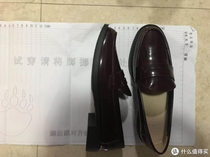 """鞋子的正面和侧面照,是平底鞋,鞋跟高3cm左右,随着年龄的增长,我也越来越爱穿平底鞋了。鞋底有鞋垫,因为踩上去感觉脚底很软,不硬。鞋上印有标签""""YEATION""""。"""