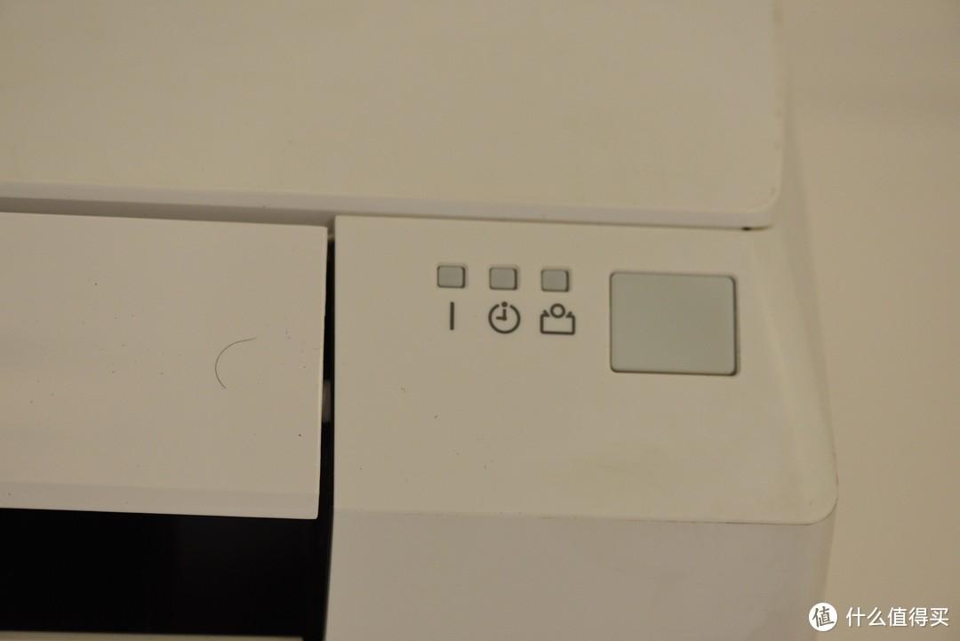 面板的三个指示灯和信号接收器。