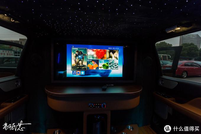▲正面是一台32寸升降电视,封闭环境下感觉和电影院差不多了。