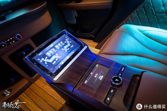 ▲所有操控都在这个触摸屏幕上完成,包括电视升降,灯光控制,座椅控制等等。