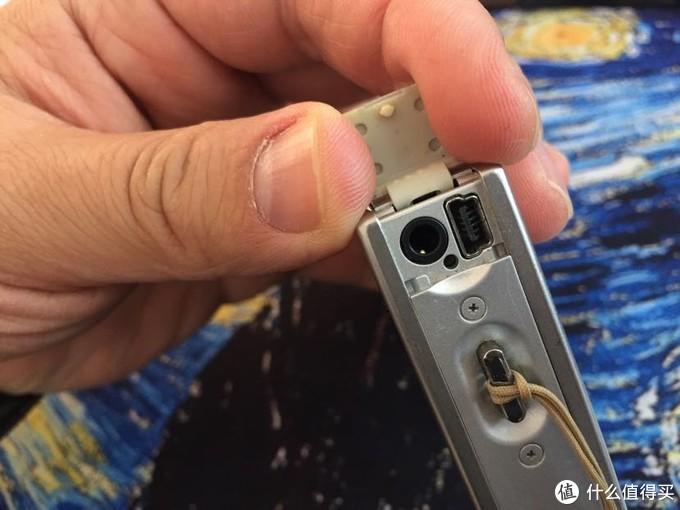 19.4mm厚度的机身上还集成了A/V OUT和USB接口