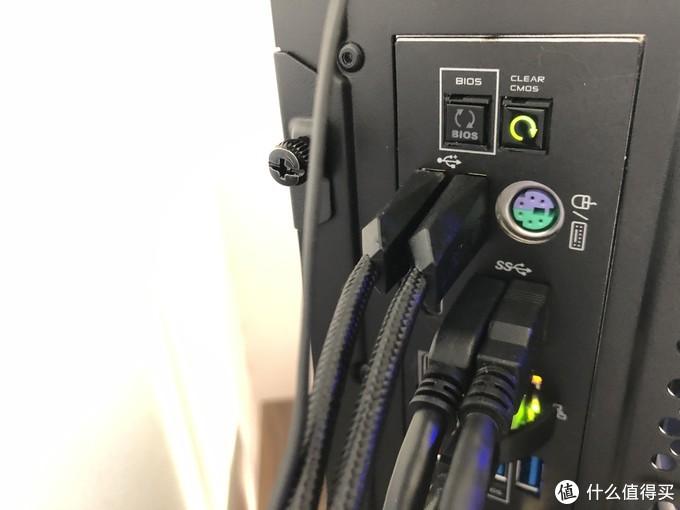 这款键盘的USB有两个插头,经过自行测试发现,并不是供电加数据的设计。一个是连接键盘的,另一个是专门给键盘上USB口的,分开走线好评!,这也导致键盘线缆奇粗无比。