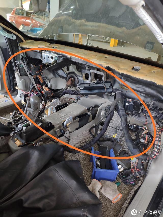 06年的奥迪A6空调不冷,车内有异味,维修师傅:两千块工时费