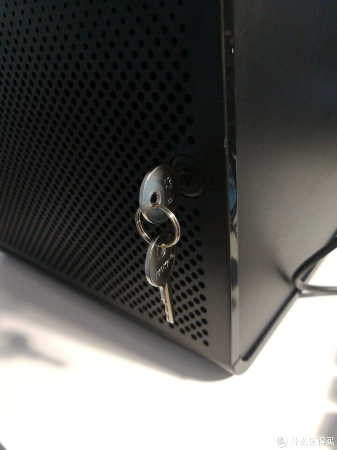 还有一把小钥匙,用于锁住硬盘笼