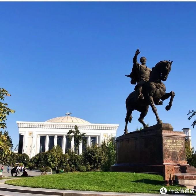 这个丝绸之路的交通枢纽,是一座建筑古迹宝库,漫步乌兹别克斯坦,感受色彩与光影交织的盛宴