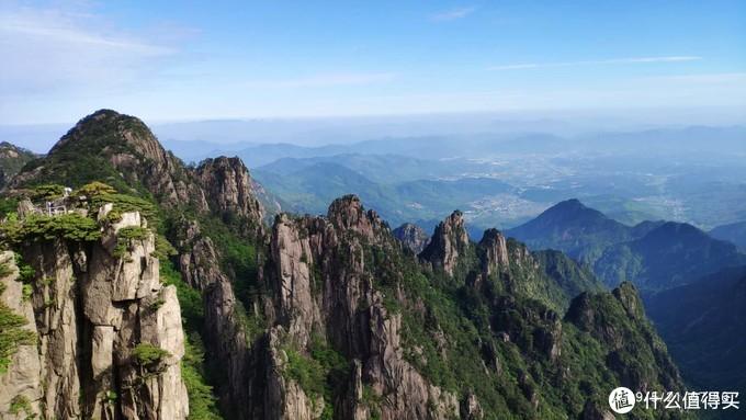 如果我猜的没错,图上左边的观景台应该是在卧云峰上看到的始信峰
