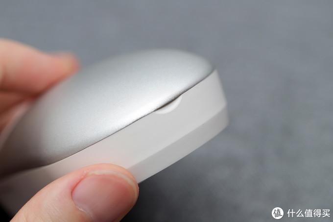 背部为方便开启磁吸上盖的设计的小缺口