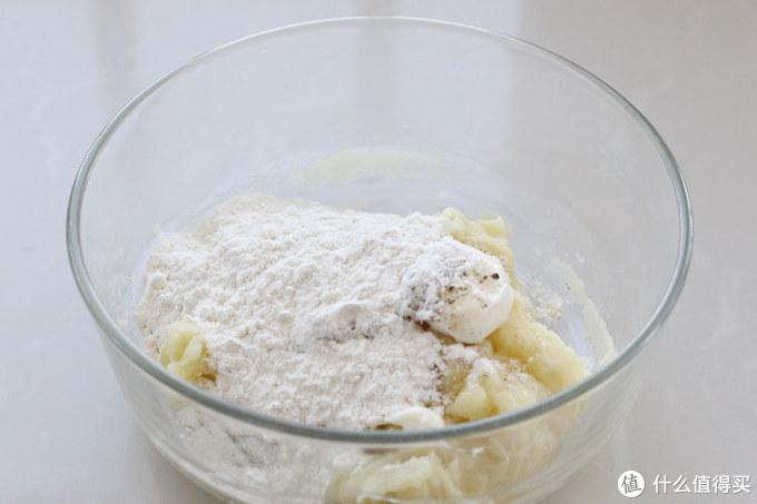 土豆加芝士做成早餐饼,柔软又拉丝,咬一口香喷喷,好吃的直跺脚
