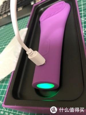充电的方式很独特,是采用磁吸式的,这个设计我很喜欢,这样数据线就不会出现插头松动然后需要换数据线的情况了!×