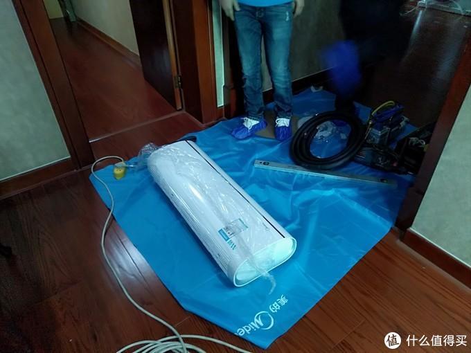 所有安装工具都整齐摆放在垫布上一方面保护机器不会划伤,另外也保护到了地板。