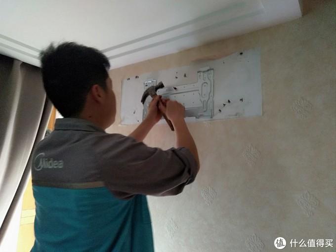 因为原来空调拆下后有一个安装位置,所以新空调安装位置尽量要遮住原位,两个师傅就是快,一个在包扎管线的时候,另外一个在安装内机固定板