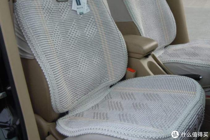 这种坐垫后面很容易积灰尘,所以我不用,大不了过几年换一套真皮;