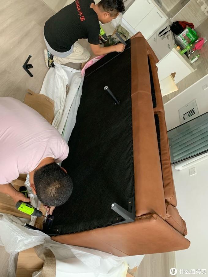 工人师傅正在安装沙发腿