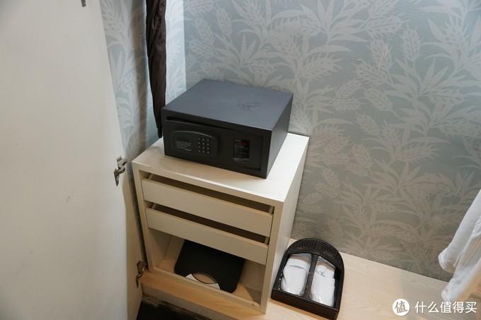 密码箱和拖鞋