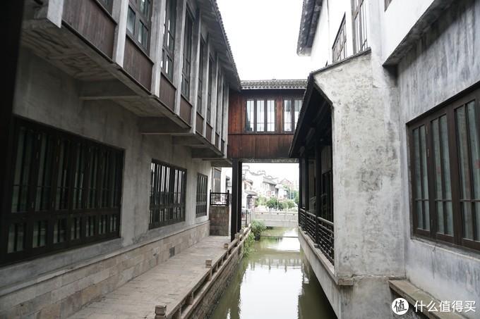 走廊就在小河上