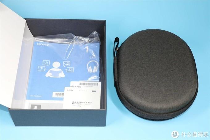 从内盒取出装着耳机的收纳包(官方称便携盒)